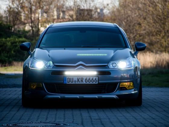 LED-Fernlicht von Lazerlamps am Citroën C5III montiert